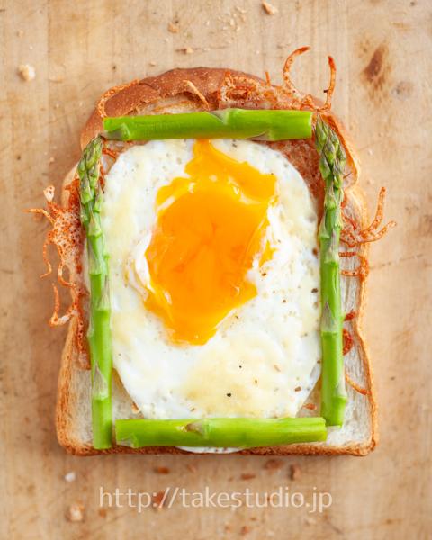 アスパラガスと目玉焼きのオープントースト